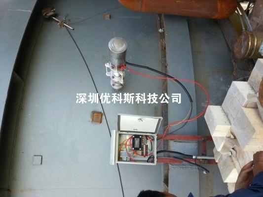 YKRFL热风炉测温检测系统 一、系统概述 随时监测热风炉顶耐火砖的温度及热风送风风温,为了及时测量热风炉内耐火材料及热风管道的温度测量,针对热风炉的测量,我们研发了热风炉测温系统,采用红外非接触测量特点,采用有效的保护措施,使红外传感器既能有效的测量到炉内耐火砖的准确温度又能隔离高温对传感器的损害,保证长期有效的检测,降低运行成本防止温度过高可确保设备安全、高效运转,为生产提供有力的保障,系统无需循环水进行冷却,也无需空气冷却吹扫。在炉顶现场电器箱上直接显示温度,便于工人现场的维护调试,同时具有标准4